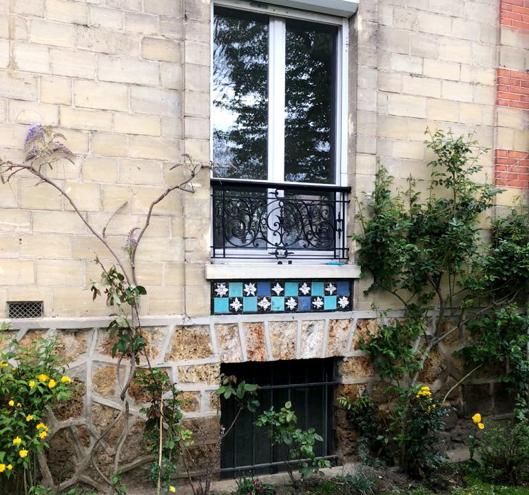 Frise artisanale sous une fenêtre (ici, mur extérieur de la chambre)