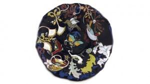 Plat en céramique émaillée et fleurs vue de haut