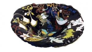 Plat en céramique émaillée et fleurs